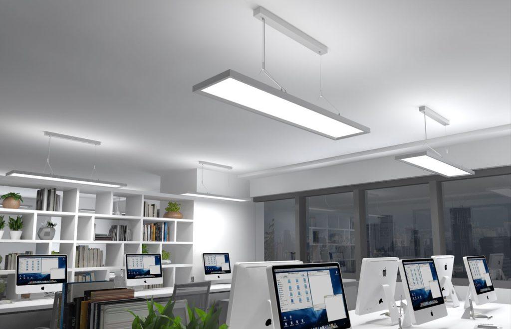 LCC Office Pendelleuchte mit einem geringen UGR-Wert in einem Grossraumbüro. Es werden Computerarbeitsplätze beleuchtet.